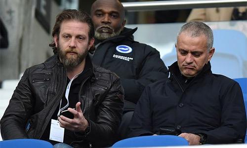 Mourinho ngồi trên khán đài xem trận Brighton - Boro hôm qua. Ảnh: PA.