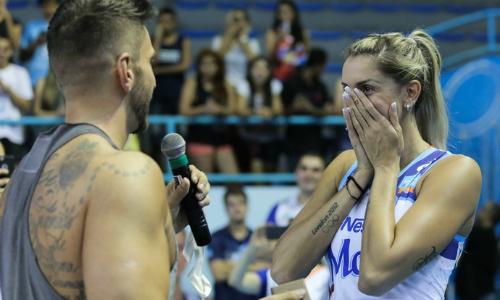 Thaisa Menezes (phải) bật khóc khi được cầu hôn trên sân đấu. Ảnh: Globo.com.