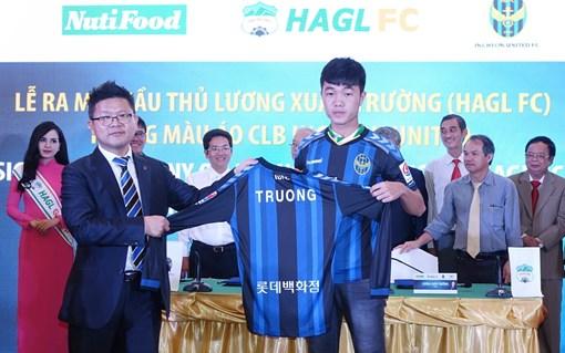 Xuân Trường trong buổi ký kết hợp đồng với Incheon United
