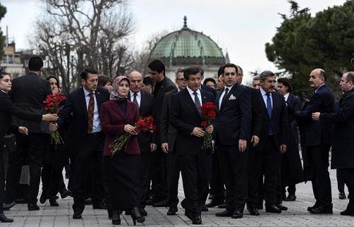 Thủ tướng Thổ Nhĩ Kỳ Ahmet Davutoglu đặt hoa tưởng niệm các nạn nhân vụ đánh bom tự sát tại Istanbul ngày 13/1. Ảnh: AFP