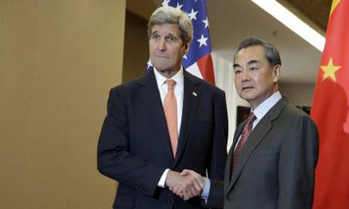 Ngoại trưởng Mỹ John Kerry, trái, cùng người đồng cấp Vương Nghị trong cuộc gặp tại Bắc Kinh. Ảnh: Reuters