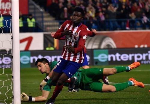 Người hùng Thomas với pha lập công muộn nhưng đủ đưa Atletico lên vị trí số một. Ảnh: Reuters