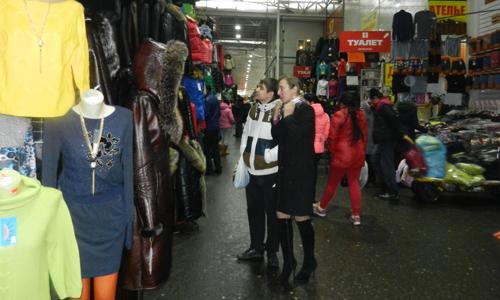 Nhiều khách người Nga đến chợ chỉ ngắm chứ không mua.