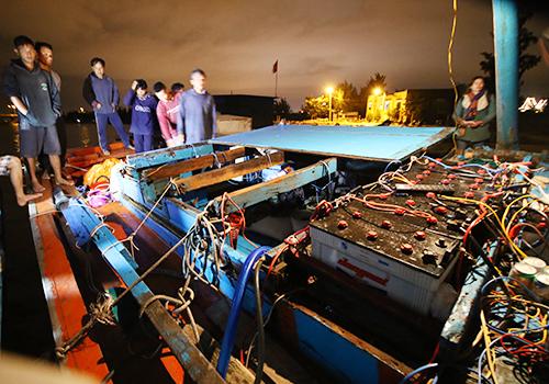 Một tàu cá của ngư dân Quảng Ngãi bị tàu phía Trung Quốc đâm chìm, hư hỏng nặng.