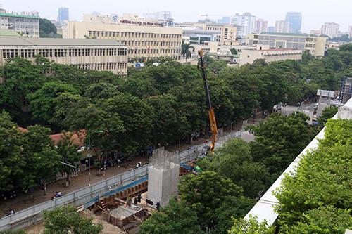 Số cây xanh quanh khu vực nhà ga S6 trên đường Xuân Thủy sắp bị đánh chuyển và chặt hạ để phục vụ thi công. Ảnh: Bá Đô